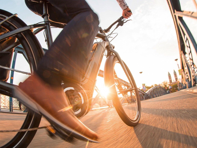 Eine Person fährt auf einem E-Bike