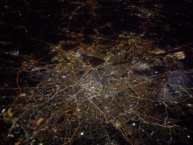 Eine Luftaufnahme einer Stadt bei Nacht