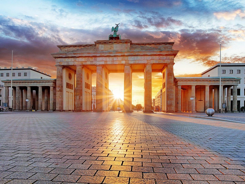 Sonnenaufgang am Brandenburger Tor in Berlin