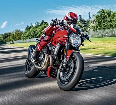 Ein Ducati Motorrad auf einer Rennstrecke