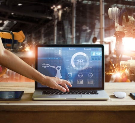 Laptop auf einem Tisch in einer Smart Factory