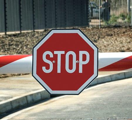 Stopschild an einer Schranke