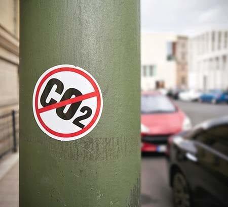 CO2 Aufkleber auf einer Säule