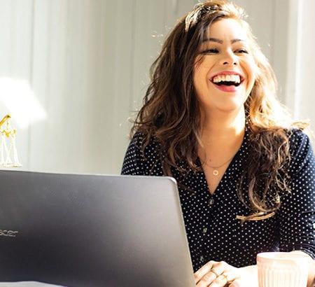 lachende Frau am Laptop