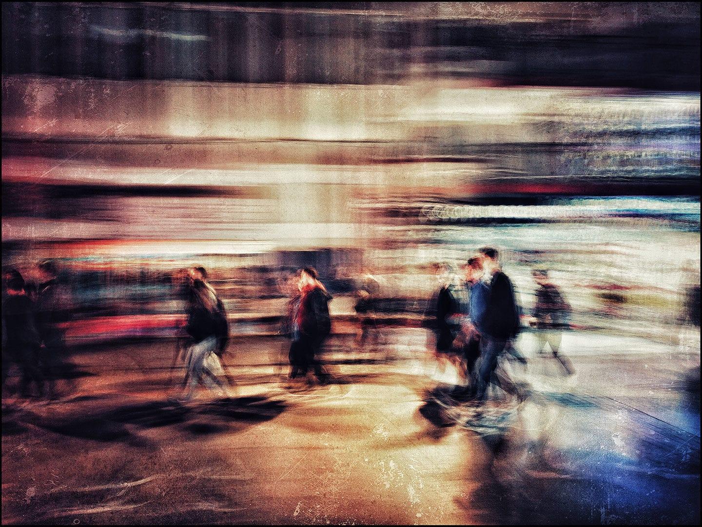 Verschwommen Bewegung Blick der Passanten auf der Straße in der Nacht