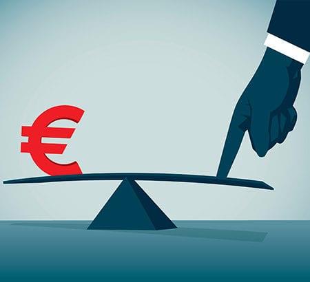 Waage mit Euro und Hand
