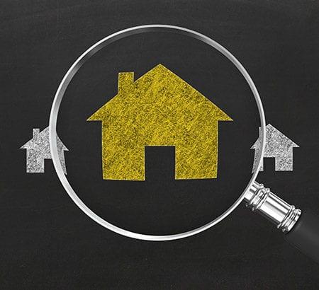 Häuserreihe mit Lupe