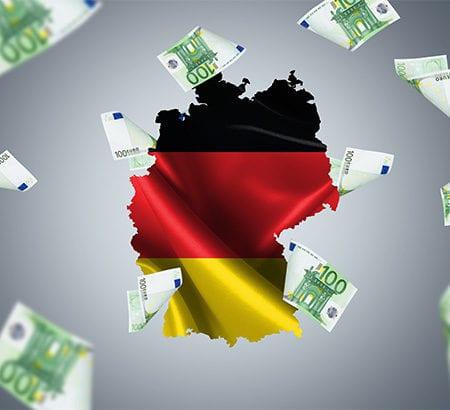 Geldscheine fliegen aus Deutschlandumriss
