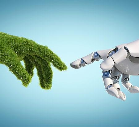 Zwei Hände die sich berühre. Eine Hand ist von einem Menschen, die anderen Hand ist von einem Roboter