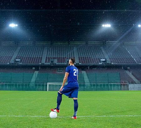 leeres Fußballstadion mit Spieler