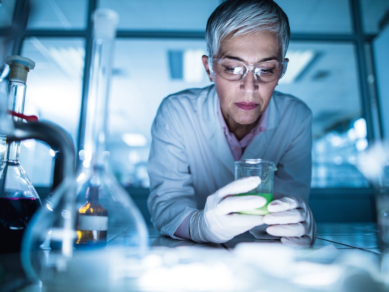 Eine Ärztin arbeitet in einem Labor
