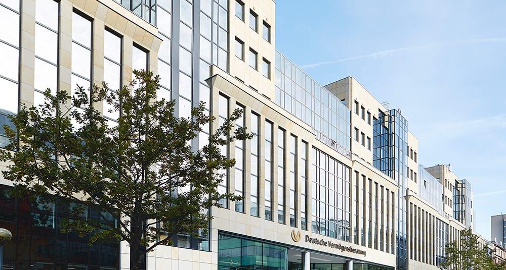Ein Gebäude der Deutschen Vermögensberatung