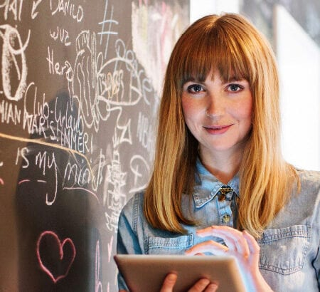 Eine Frau benutzt ein Touchpad