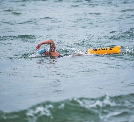 Natalie Pohl schwimmt im Meer
