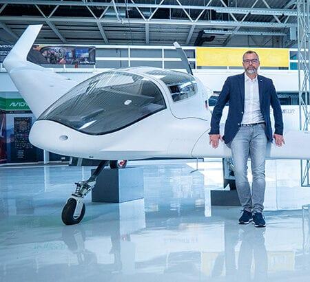 Sven Lindig präsentiert das Nurflügel-Flugzeug HORTEN HX-2
