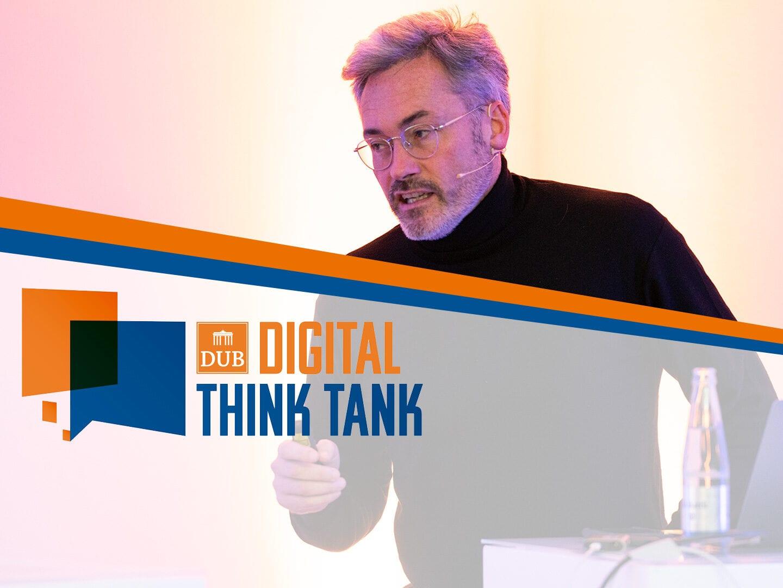 Christophe Hocquet von Brille24 auf der Bühne beim DUB Digital Think Tank