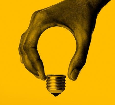 Hand formt eine Glühbirne