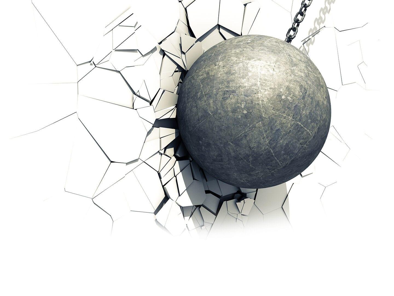Kugel bricht in weiße Mauer