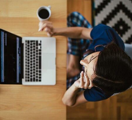 Frau sitzt am Rechner und macht Homeoffice