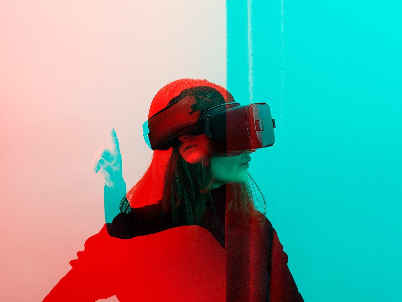 Abstraktes Bild mit einer Frau und einer VR-Brille
