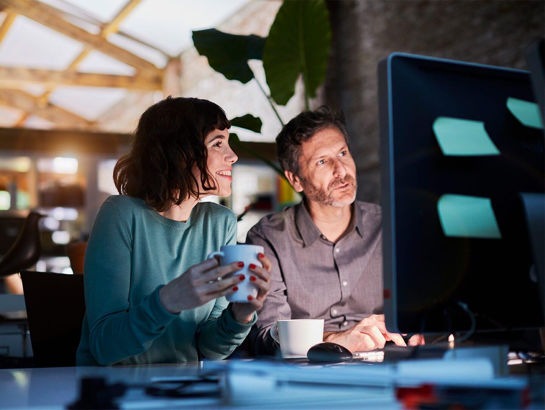 Gründer sitzen vor PC