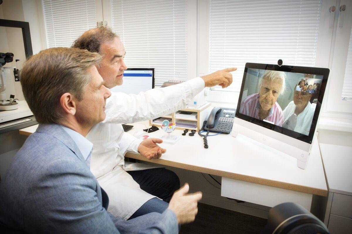 Telemedizin: Ärzte vor dem Tablet
