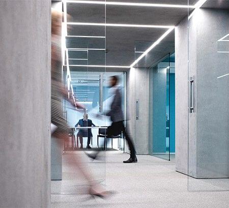 Menschen im Büro in Eile