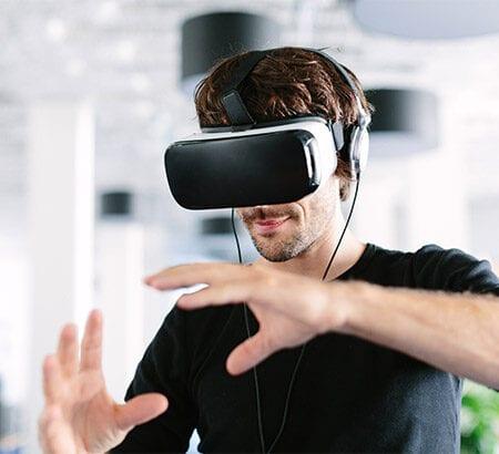 Mann mir VR-Brille
