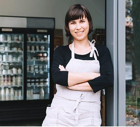 Inhaberin von einem Shop vor der Tür
