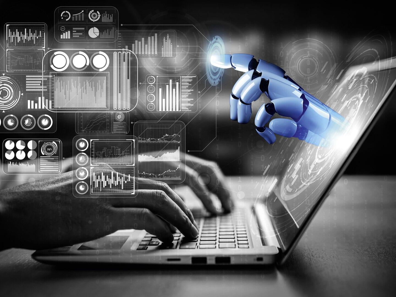Hände arbeiten an einem Laptop, Roboterhand zeigt aus dem Bildschi