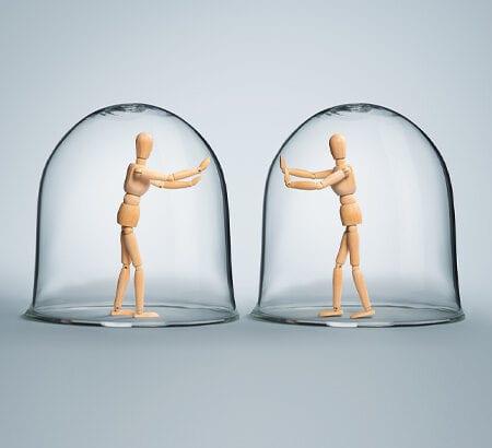 Zwei Puppen stehen in Glaskugeln