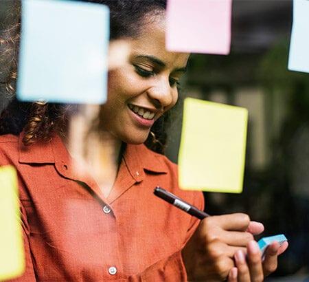 Eine Frau organisiert ihre berufliche Neuorientierung