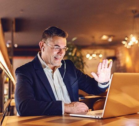 Ein Geschäftsman bei der beruflichen Neuorientierung