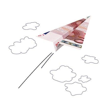 Ein Papierflieger mit einem 10 Euro Geldschein