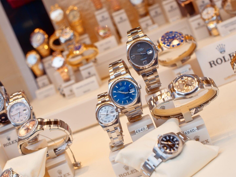 Verschiedene Rolex und Luxusuhren auf einer Auslage