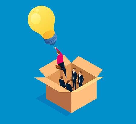 Die Führungskraft hat eine Idee und klettert aus einer Box.