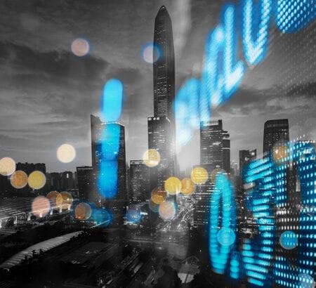 Aktienkurse spiegeln sich vor einer Skyline