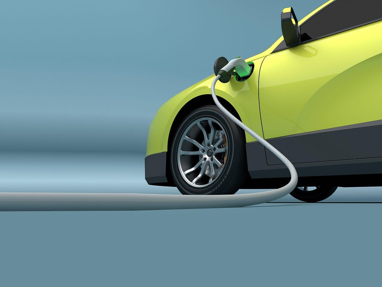 Rechts steht ein neongelbes Auto, das von einem Stromkabel mit elektrischer Energie geladen wird.