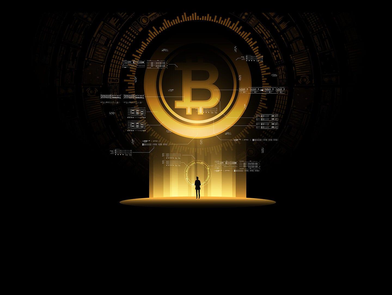 Eine schwarze Gestalt wird von einem hellen Licht beleuchtet, das von einer über ihr schwebenden kreisförmigen Figur mit einem großen B in der Mitte erzeugt wird. Der Hintergrund ist schwarz und punktuell mit kleinen Code-Schnipsel versehen.