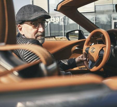 Urushi-Meister Manfred Schmid im Lexus Cabrio