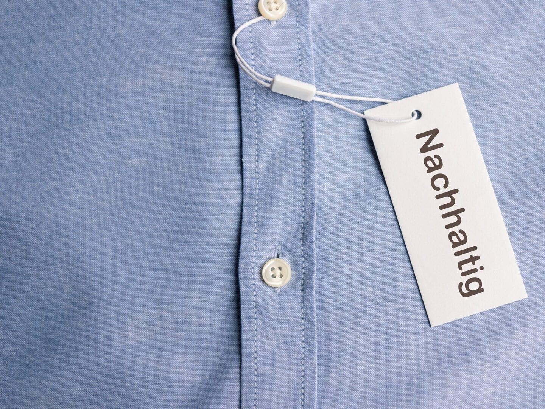 An ein hellblaues Hemd ist Etikett mit der Aufschrift
