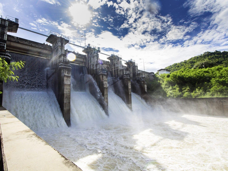 Wasser fließt durch eine Brücke