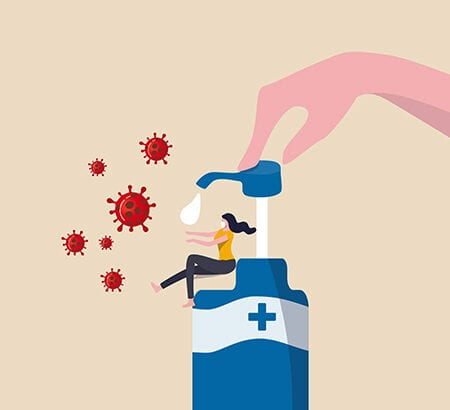Eine Hand drückt auf einen Desinfektionsmittel-Spender und es wird ein Tropfen freigesetzt, der in die ausgestreckten Hände einer kleineren Person unter dem Spender tropft. Umgeben ist die Person von roten Keimzellen.
