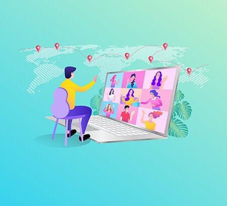 Ein Mensch sitzt vor einem überdimensionalen Laptop und spricht mit neun anderen Menschen, die online zugeschaltet sind. Im Hintergrund ist eine Weltkarte mit sieben Markierungen auf den unterschiedlichen Kontinenten der Welt zu sehen.