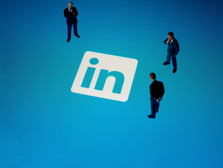 Logo von Linkedin mit Menschen drumherum