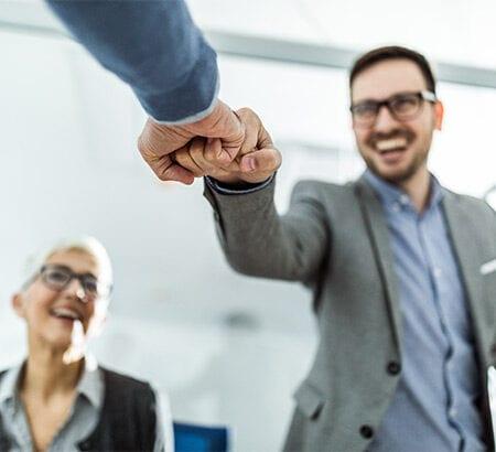 Zwei Männer Fistbumpen sich wegen erfolgreicher Transformation