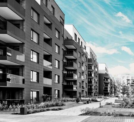 Frisch gebaute Mehrfamilienhäuser.
