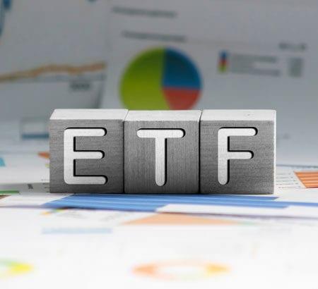 Die drei Buchstaben ETF stehen auf Würfeln.