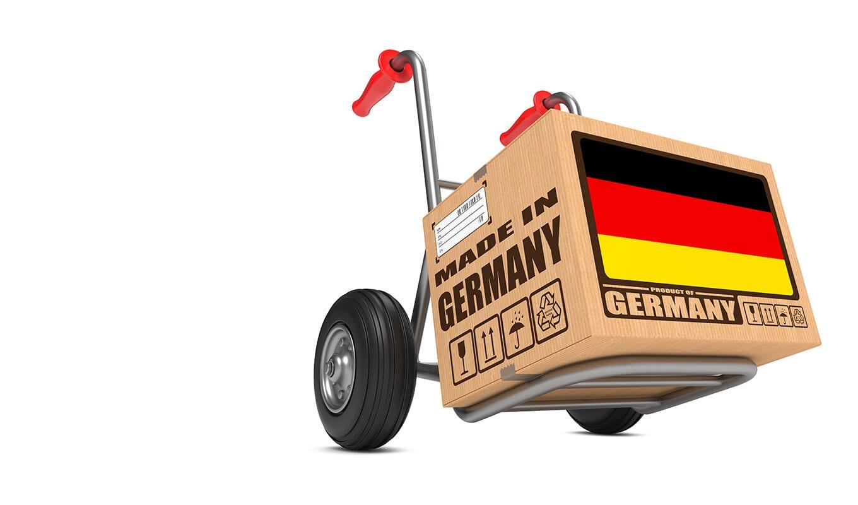 Eine Sackkarre transportiert ein Paket mit der Aufschrift Made in Germany.