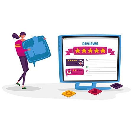 """Eine Frau trägt einen überdimensionalen Daumen, der als Symbol für einen """"Like"""" auf Online-Plattformen steht, auf einen Computer-Bildschirm zu. Dort sind unter der Überschrift """"Review"""" zwei Beiträge von Menschen zu sehen, die jeweils einen Text und eine Sterne-Bewertung beinhalten."""